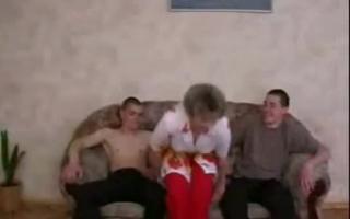 Hübsche Familievideo mit Filme - Eine super heisse fette geile Mamma nimmt seinen Pimmel