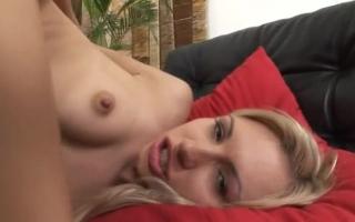 Kleine Blondine liebt es, ihre enge Vagina bis zur Röckigenbonomy penetrieren