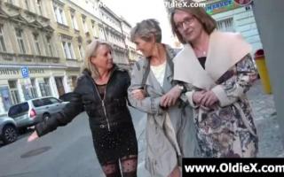 Zwei alte Omas draußen mit geilen Sex