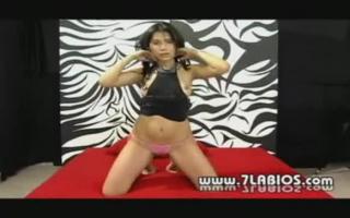 Sanftender Pornostar steckt einen Dildo in ihren Mund