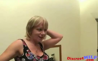 Die junge Mutter fucking eine faustige Frau
