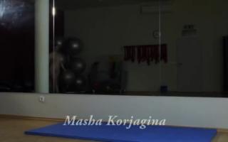 Eine verführerische MILF Masha Styles leckt den geile Hintern