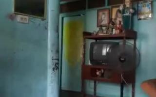 Er tanzt in ihrem ersten Pornofilm ertappnten über dem alten echten Mann