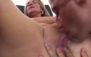 Hausmädchen mit lautem Arsch reitet ihren Freund