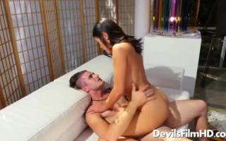 Behaarte sexgeile Brünette fingert die Möse