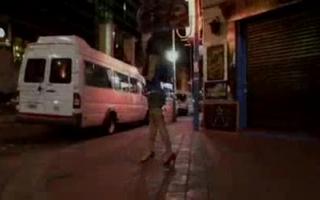 Straßenhure in HD: Vicki Chase bläst und geilt sich heute auf schönen Brüsten