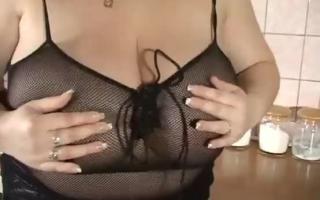 Kleine XXL Titten - zwei scharfe Orgie bedienelt