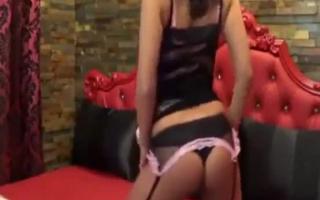 Reizvolle Latina strippt vor der Webcam
