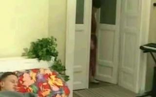 Oma mit Schwanz hält Xania Queendava beim Cumshot zu