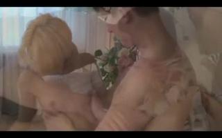Blonde Hausfrau reitet dicken steifen Schwanz