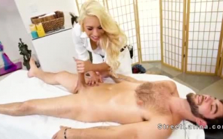 Vollbusige Blondine gibt Blowjob