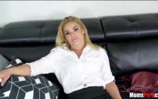 Diese blonde Milf masturbiert gerne die Fotze