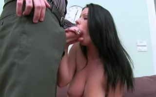 Dunkelhaariges Girl beim masturbation auf dem Sofa