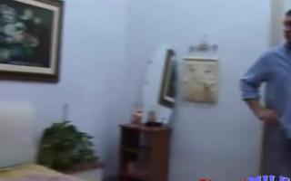 Alte Hure beim Tittenfick in Nahaufnahme gedehnt