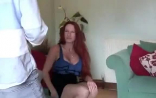 Mama sexy Faust beim Hardcore Pornogucken