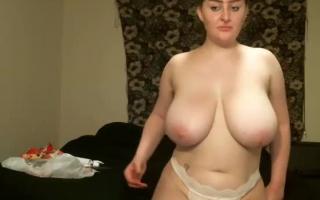 Blonde mit dicken Naturtitten strippt und bumst ihre enge Muschi