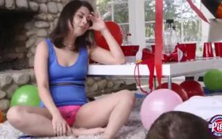 Skinny teen Penelope wird im Freien gefickt