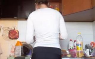 Girl mit dickem Hintern mit dickem Arsch masturbiert hier in einem Porn-Szene