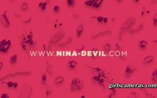 Nina Devil masturbiert mit einem philander