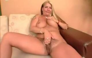 Blonde MILF mit geilen Titten ist schwanzen